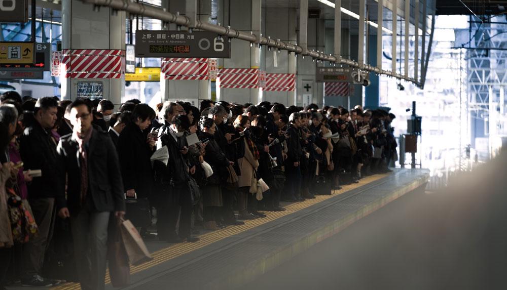 ワキガで脇汗多汗症の人が電車に乗った時つい取ってしまう7つの行動