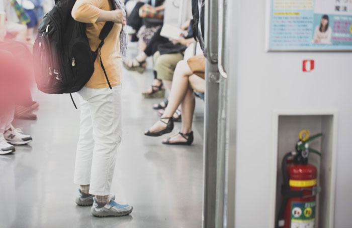ワキガと脇汗多汗症が電車に乗った時つい取ってしまう7つの行動